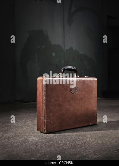Leder-Koffer aufgegeben auf Straße Stockbild