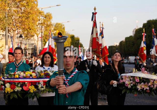 Französische Muslime eine Fackel zum Arc de Triomphe, Paris, Frankreich, Europa Stockbild