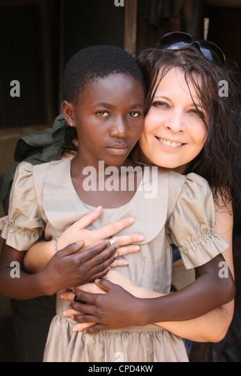 Sponsor und Kind in einer Grundschule in Lome, Togo, West Afrika, Afrika Stockbild