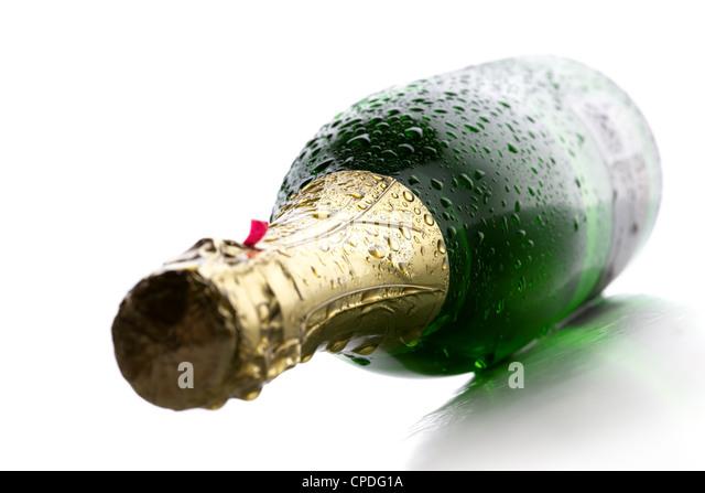 Kalte nasse Flasche Champagner Wein auf weißem Hintergrund Stockbild