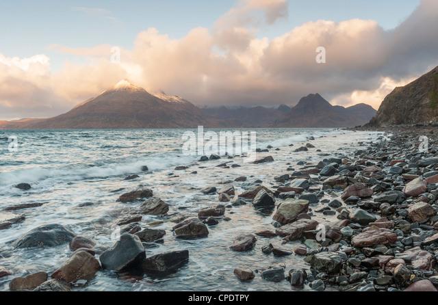 Elgol und die Cuillin bei Sonnenaufgang, Isle Of Skye, innere Hebriden, Highlands, Schottland, Vereinigtes Königreich Stockbild