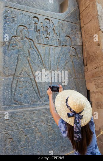 Touristen fotografieren, Tempel von Luxor, Theben, UNESCO-Weltkulturerbe, Ägypten, Nordafrika, Afrika Stockbild