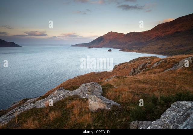 Ein Blick auf Loch Hourn mit Blick auf den Gewässern der Sound of Sleat, Armisdale, Ross-Shire, Schottland, Stockbild