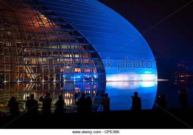 Nationales Zentrum für darstellende Kunst, beleuchtet in blaues Licht in der Nacht während National Day Stockbild