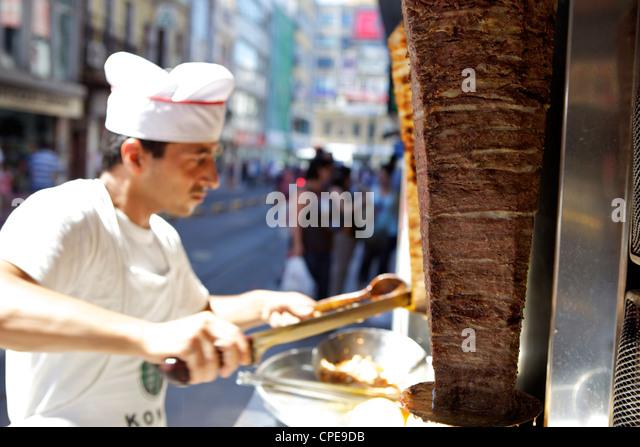 Koch Schneiden von Fleisch für Döner, Istanbul, Türkei, Eurasien Stockbild