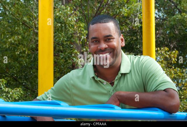 Schwarze afrikanische amerikanischer Mann im Alter von im Park am Spielplatz Porträt der 30er Jahre Stockbild