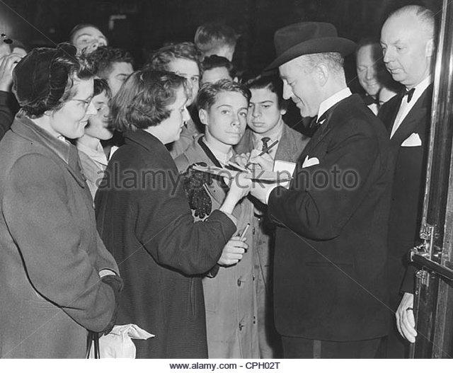 Guinness, Alec, 2.4.1914 - 5.8.2000, britischer Schauspieler, halblängen und Autogramm Fan Volk während Stockbild