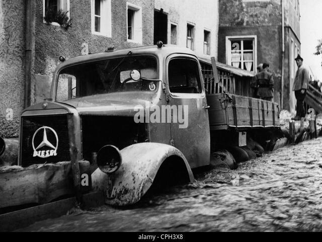 Katastrophen, Überschwemmungen, Westdeutschland, 1950er Jahre, Katastrophe, Flut, LKW, Mercedes Benz, dam, Stockbild