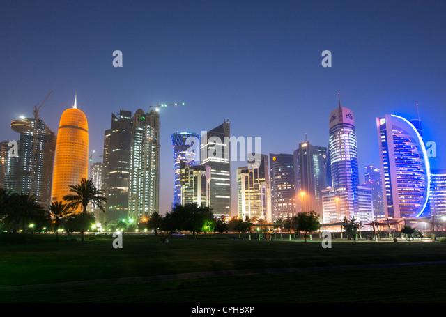 Abends Blick auf moderne Wolkenkratzer in der Nacht an der Corniche im neuen Geschäft Bezirk von Doha in Katar Stockbild