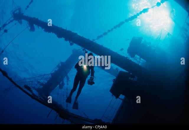 Taucher mit Fackel auf Giannis D Wrack. Rotes Meer, Ägypten. Stockbild