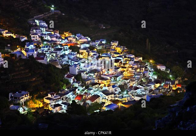 Nachtansicht des Koronos Dorf, eines der schönsten Bergdörfer der Insel Naxos, Kykladen, Griechenland. Stockbild
