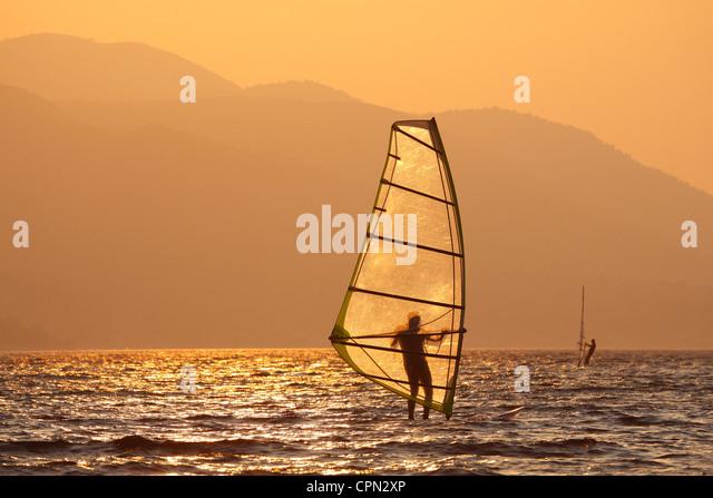Windsurfen bei Sonnenuntergang Stockbild