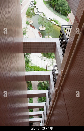 Sich wiederholende Balkone auf high-Rise building, beschnitten Stockbild