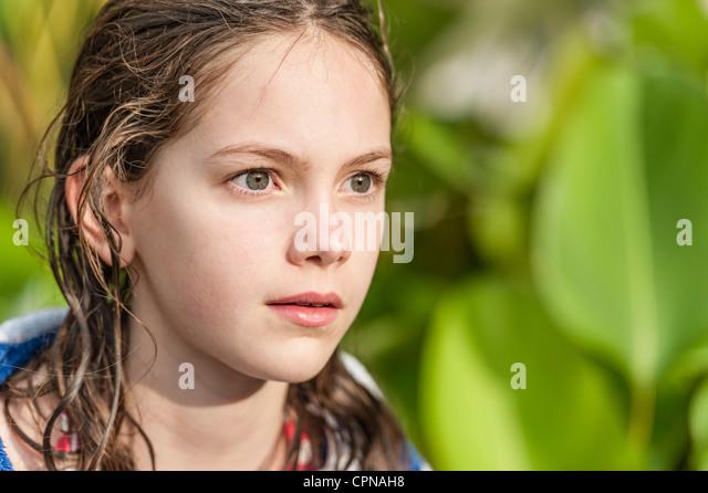 Mädchen mit nassen Haaren wegschauen im Interesse Stockbild
