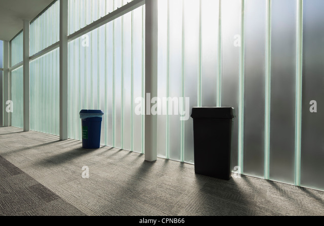 Moderne Empfangshalle mit Glaswand Stockbild