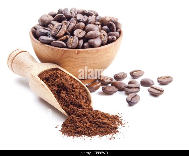 Kaffeepulver und Kaffeebohnen isoliert auf weißem Hintergrund Stockbild