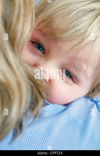 1-3 JAHRE ALTES BABY WEINT Stockbild