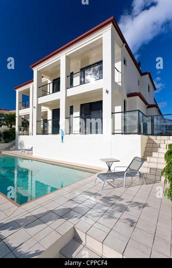 Zweistöckige Luxus-Haus mit pool Stockbild