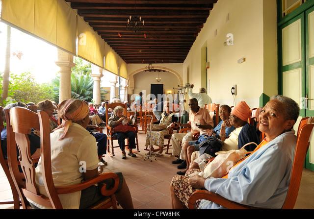Havanna. Kuba. Ältere Habaneros besuchen ein Tageszentrum an der Iglesia y Convento de Nuestra Senora de Belén Stockbild