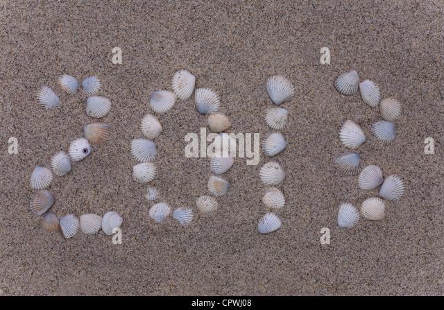 Neujahr 2013 Zahlen Zeichnungen von Shell in den Sand am Strand Stockbild