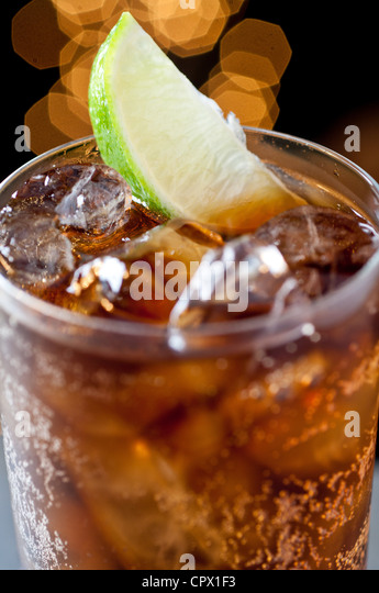 Cola-Getränk mit Kalk Stockbild