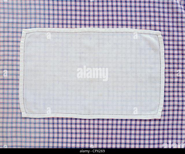 Nahaufnahme von Deckchen auf aufgegebenes Tischdecke Stockbild