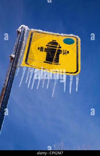 Hydranten Zeichen und Eiszapfen Stockbild