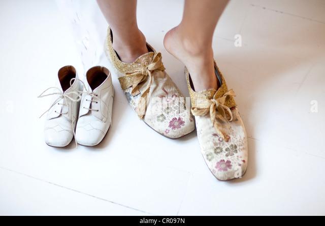 Frau floral Schuhe anziehen Stockbild