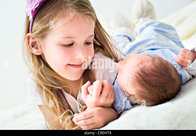 Mädchen und ein Baby, 1 Monat Stockbild