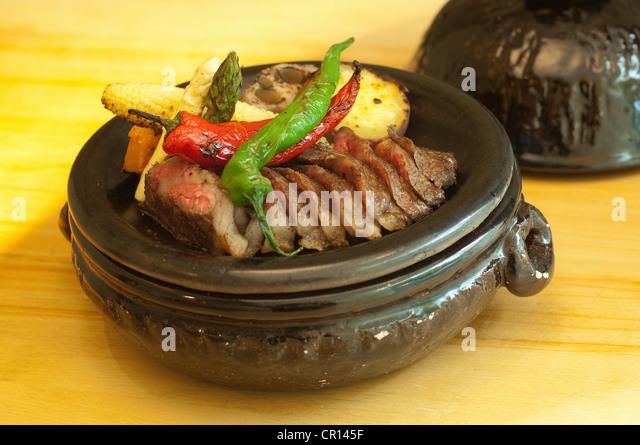 Teller mit Fleisch mit gebratenem Gemüse Stockbild