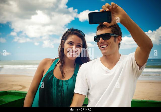 Paar unter Bild von sich selbst Stockbild