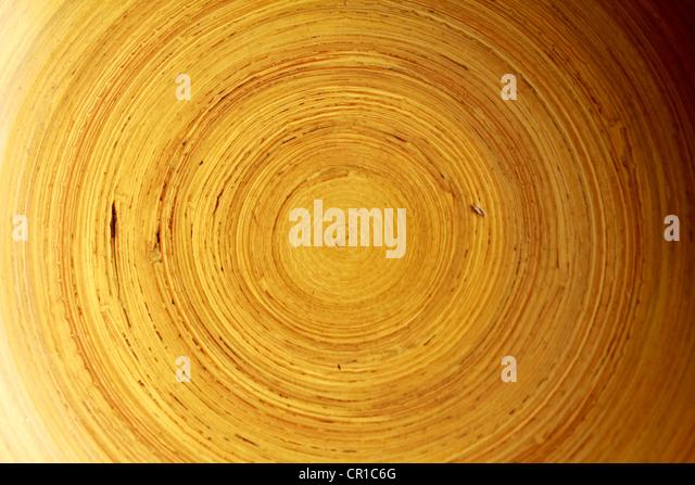 Nahaufnahme von der Innenseite einer Holzschale Stockbild