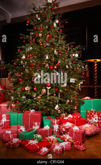 Weihnachtsgeschenke unter Baum Stockbild