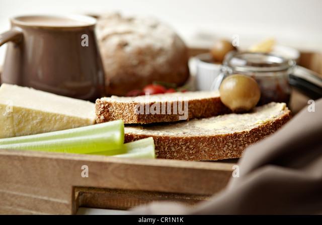 Frühstückstablett mit Brot, Marmelade und Kaffee Stockbild