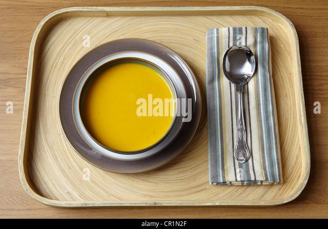 Tablett mit Schüssel mit Suppe und Löffel Stockbild