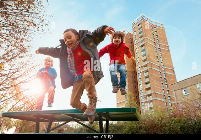 Kinder springen vor Freude im park Stockbild