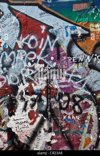 Nahaufnahme von Graffiti auf der Berliner Mauer Stockbild