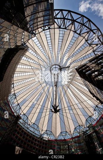 Niedrigen Winkel Ansicht der reich verzierte gläserne Decke Stockbild