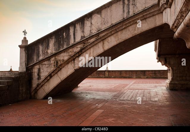 Kunstvolle Schritte auf gepflasterten Gehweg Stockbild