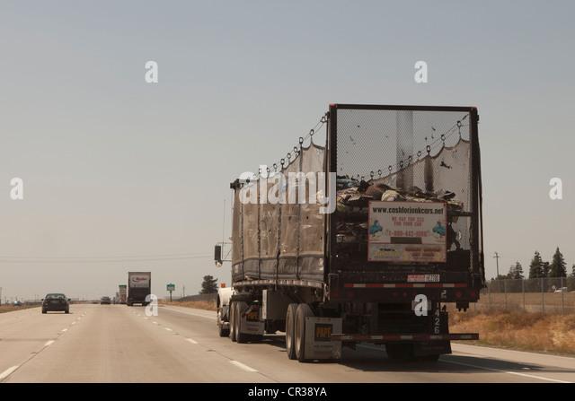 Ein Traktor-Anhänger-LKW tragen Junk auf der Autobahn Stockbild