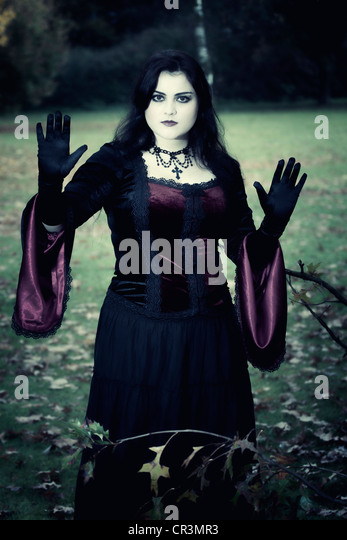 Frau, Gothic, stehend, ernst, erhöhten Händen Stockbild