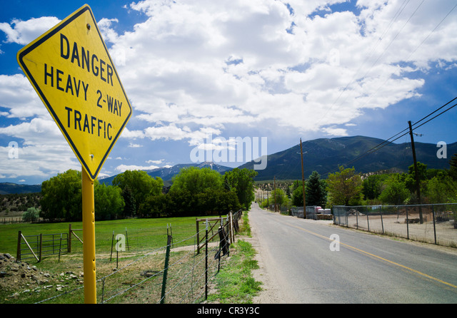 """Humorvolle Schild steht """"Gefahr, 2-Wege-Schwerverkehr"""", auf ländlichen County Rd-107 in der Nähe Stockbild"""