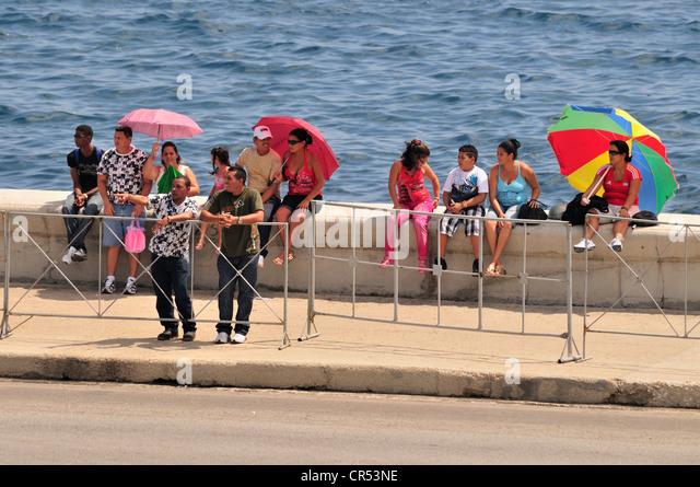 Kubaner auf der Esplanade des Malecon in Havanna, Kuba, Karibik Stockbild