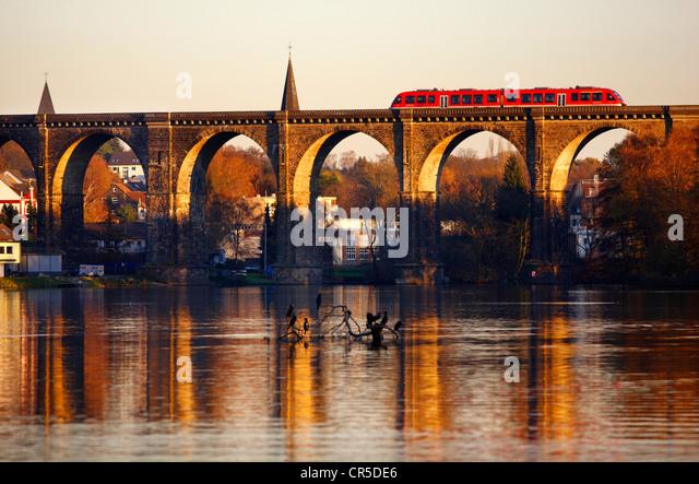 Harkortsee, steinerne Eisenbahnbrücke, Viadukt, über die Ruhr, s-Bahn in Herdecke, Nordrhein-Westfalen, Stockbild