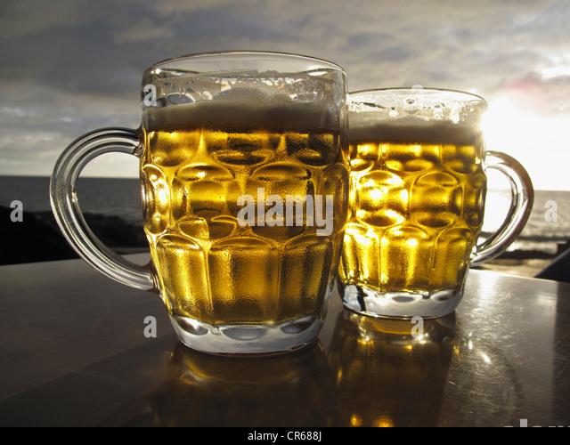 Spanien, zwei Gläser auf Tisch mit Meer im Hintergrund Stockbild