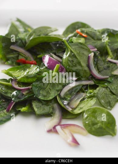 Spinat mit roten Zwiebeln und Olivenöl, Nahaufnahme Stockbild