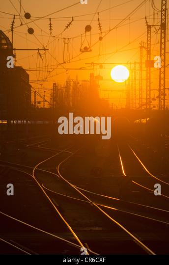 Deutschland, Bayern, München, Ansicht des Hauptbahnhofs bei Sonnenuntergang Stockbild