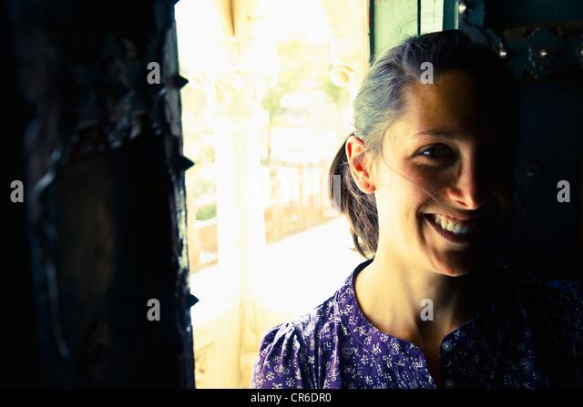 Indien, Rajasthan, Jodhpur, junge Frau, die alten Fenster in Jodhpur Fort stand lächelnd Stockbild