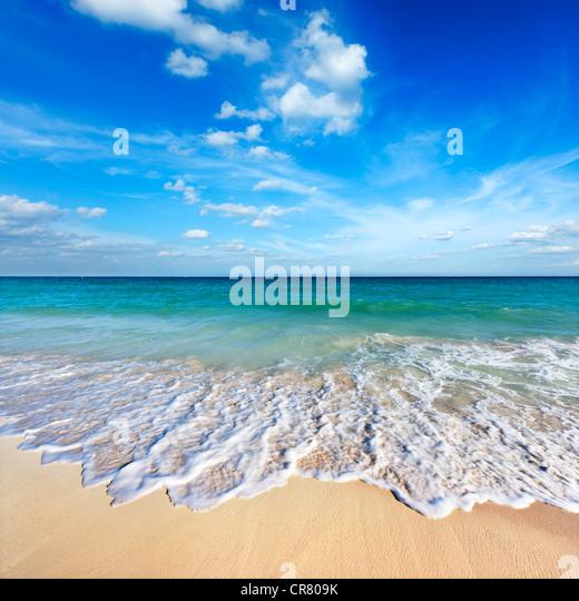 Schöner Strand und Wellen Stockbild