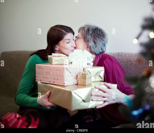 Mutter und Tochter mit Geburtstag präsentiert Stockbild
